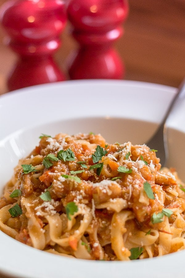 This simple, tasty tagliatelle prawns in tomato and pepper sauce is made using pre-cooked frozen / chilled prawns then blitzing tomatoes and peppers to make a tangy sweet tomato sauce and when combined with tagliatelle you have a really tasty, quick healthy meal for 4. In under one hour.