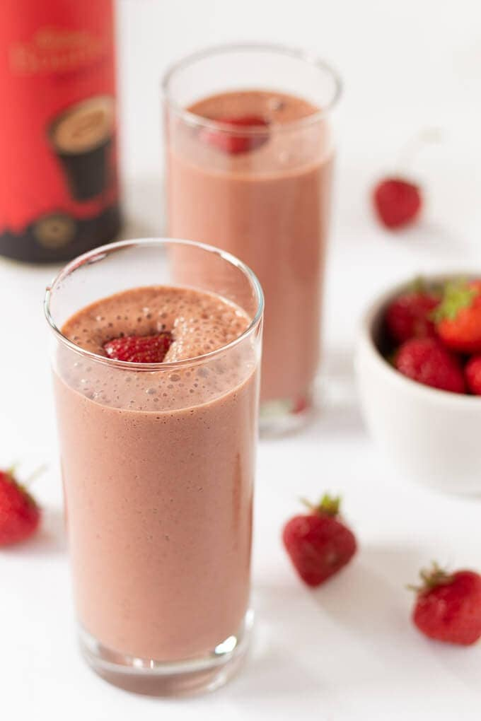 2 easy chocolate strawberry smoothie tall glasses with strawberries to decorate ready to drink.